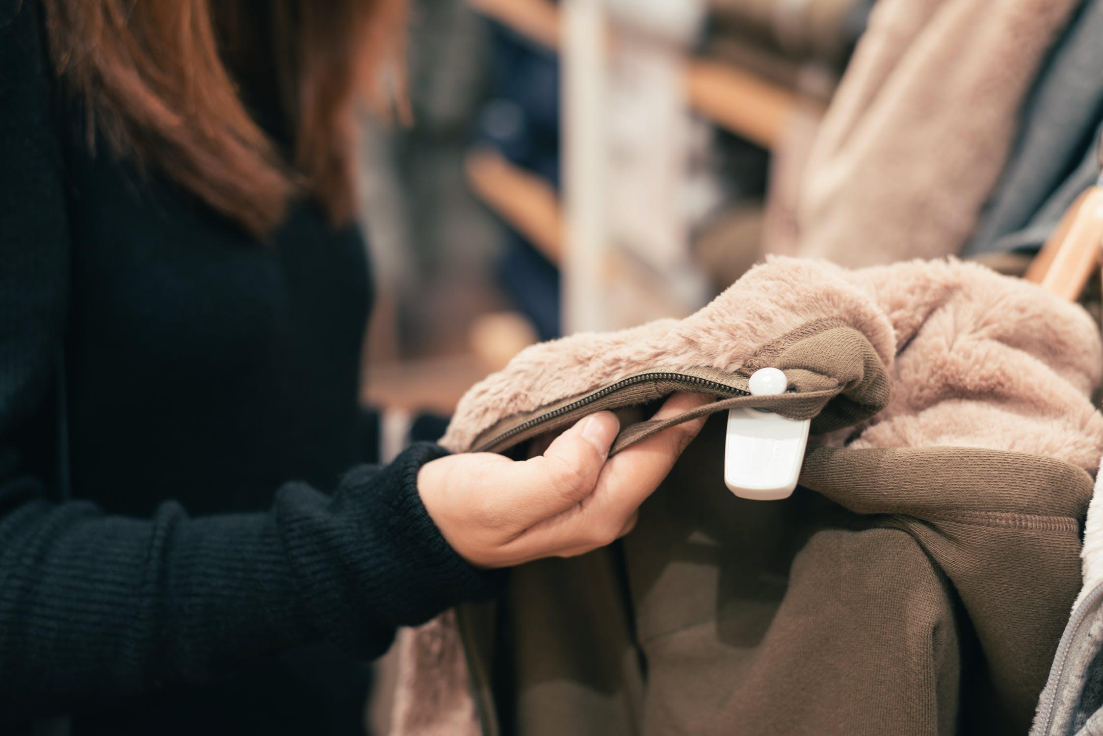 Mystery Shopping kvinde holder jakke