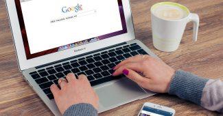 webbureau kvinde skriver i google